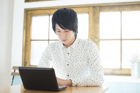 パソコンを操作する若い男性