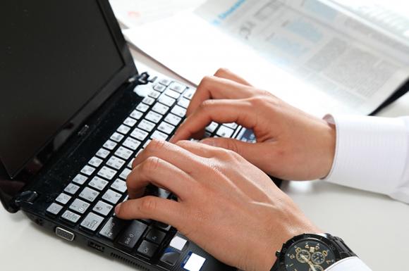 ノートパソコンを操作するサラリーマン