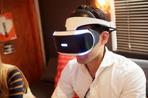 VRヘッドマウントディスプレイを装着した男性