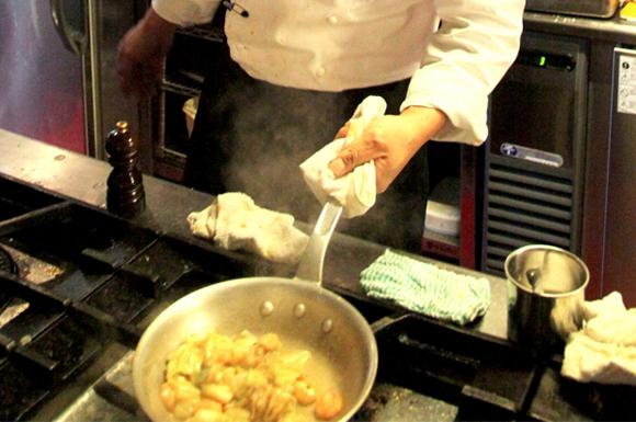 中華鍋を持つ料理人
