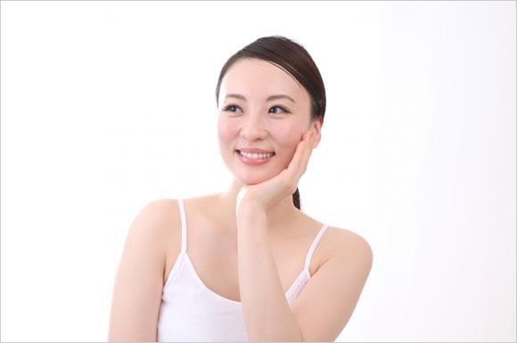 肌を触る女性
