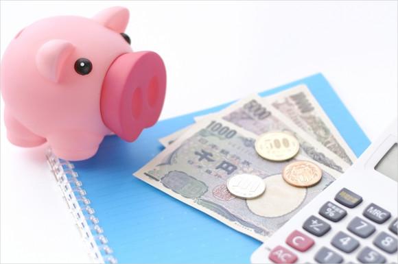 お金と電卓と貯金箱