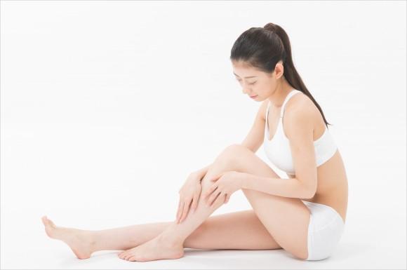 脚をさわる女性