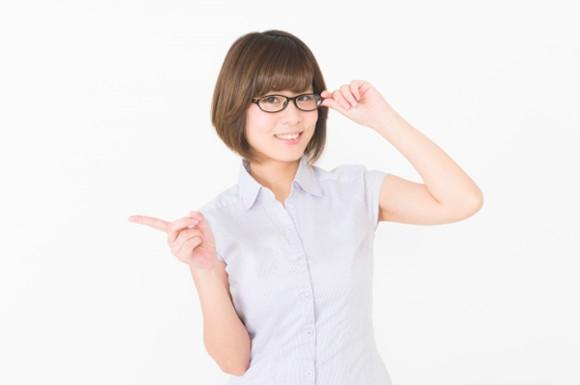 指さす眼鏡の女性
