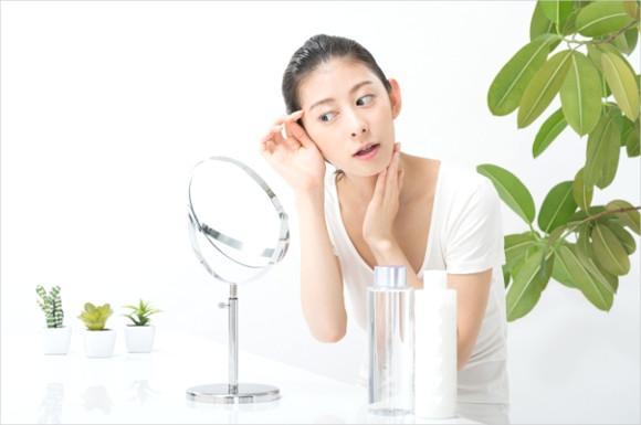 鏡でチェックする女性