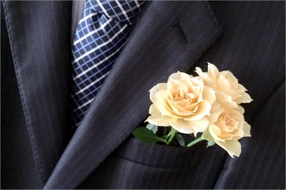 スーツに薔薇の花
