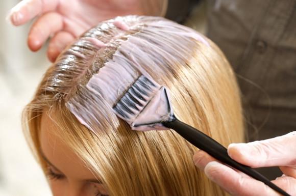 髪をブリーチする女性