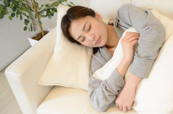 枕を抱いて寝る女性