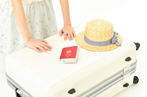 荷物をつめる女性