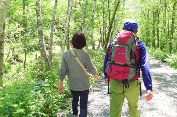 山道を歩く老夫婦
