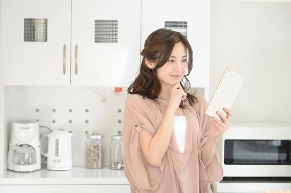 タブレットを見ている女性