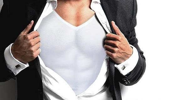加圧シャツを着る男性