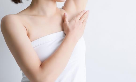 脇を触る女性