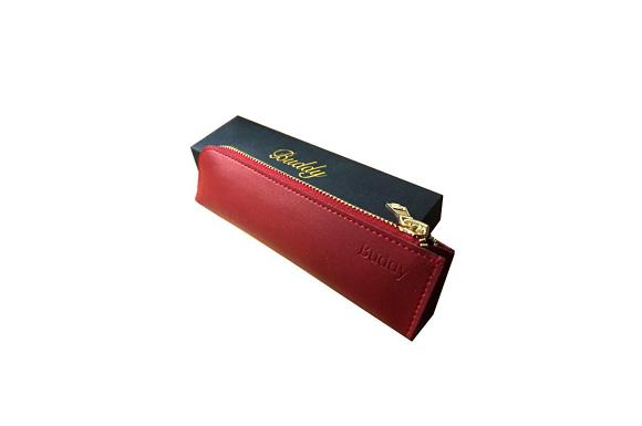 【Buddy】 レザー ペンケース 筆箱 (18.5×5×2.5cm) メンズ レディース 兼用 コンパクト スリム ケース 文具 文房具 (プレゼント に最適 Buddy オリジナルケース付き) (カーディナルレッド)