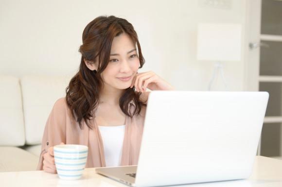 パソコン 女性 コップ