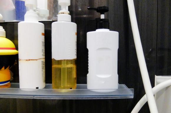 浴室に並ぶボトル