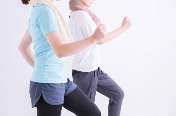 運動する女性二人