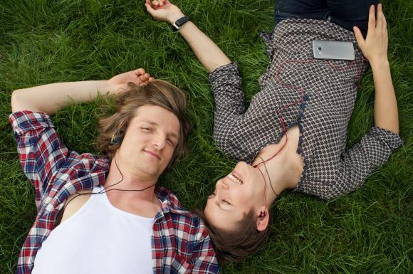 音楽を聴く二人